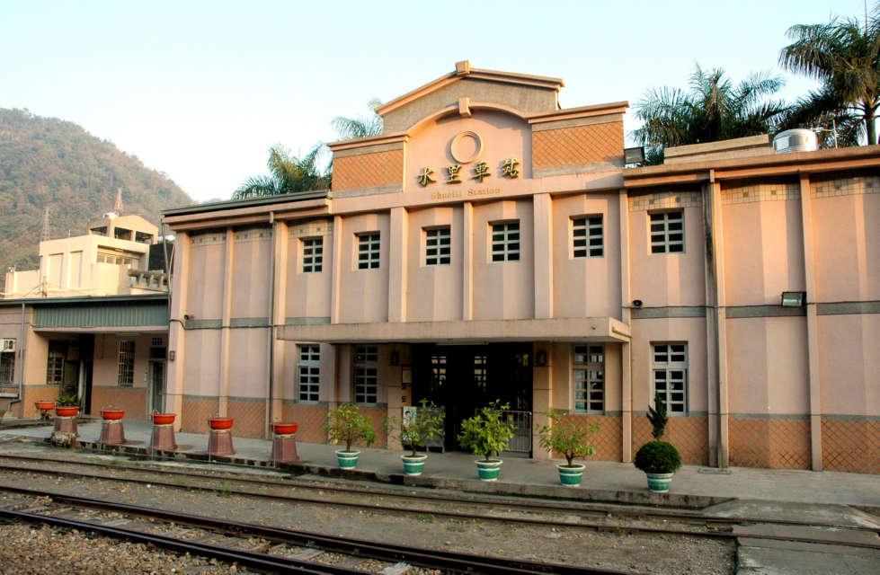 欧式老车站内部服务人员